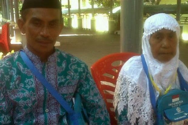 Sayu! Lelaki Indonesia Bawa Ibunya Naik Haji Hasil Bekerja di Malaysia