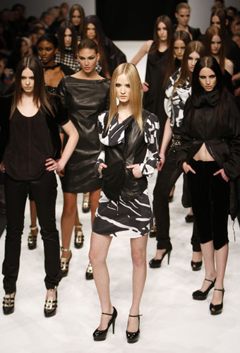 http://4.bp.blogspot.com/-wv1JdHlOzMY/Tc1sYp8kNyI/AAAAAAAAA6M/2SykM82boxw/s1600/London-fashion-week-Noir--003.jpg