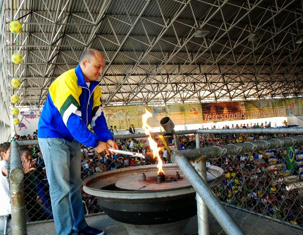 O atleta olímpico de hóquei, Fernando Louzada, acendeu a pira olímpica