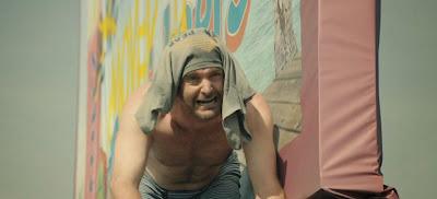 Phil Miller, atrapado a pleno sol en lo alto de un cartel de carretera