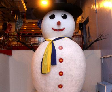 suasana natal di singapore, liburan natal dan tahun baru, manusia salju, perayaan natal, tempat bermain salju, snow city singapore, rekor manusia salju singapura,