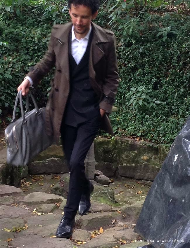 street-style-men-fashion-trench-double-breasted-suit-men-white-shirt-accesories-grey-bag-black-shoes-como-una-aparición