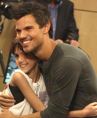 Taylor Lautner tuvo día con niños de hospital