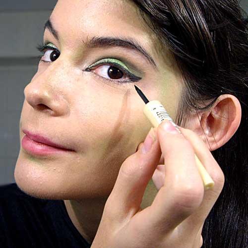 aplicar eyeliner para maquillaje de bruja facil paso a paso