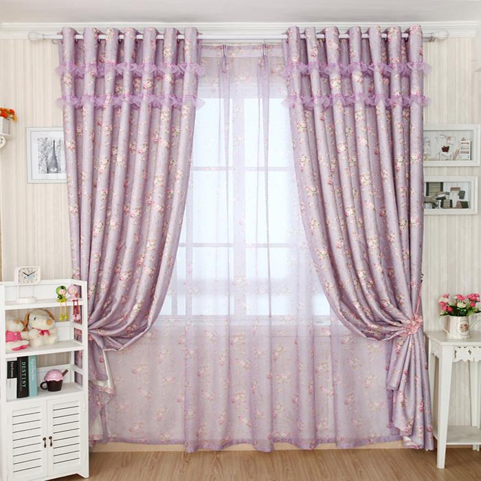 Hjem interiør design: lavendel gardiner i gennemsigtigt materiale