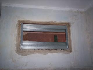 закрываем старое окно в ванную - установил металлический профиль