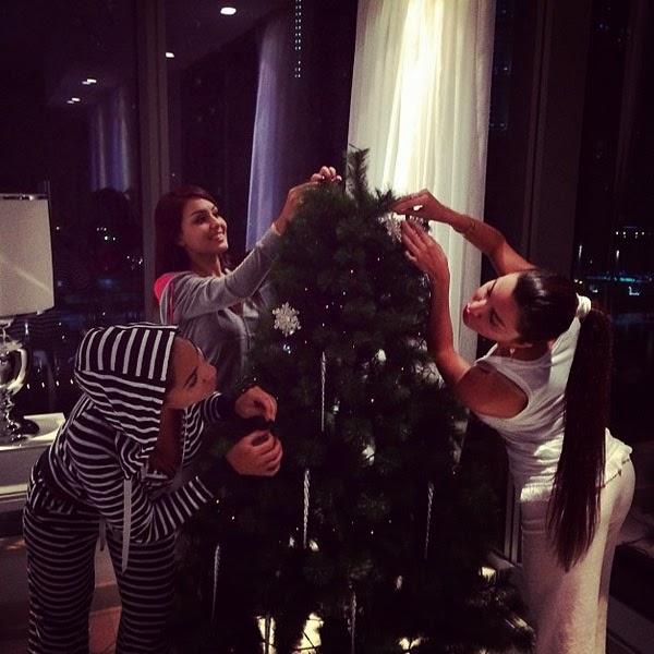 بالصور لاميتا فرنجية تزين شجرة الكريسماس بالبيجامة 1.jpg