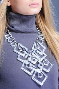 Так же вернулась в моду рокерская атрибутика, а с ней браслеты с.