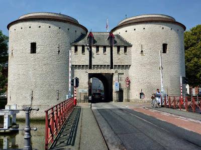 Puerta Kruispoort de Brujas