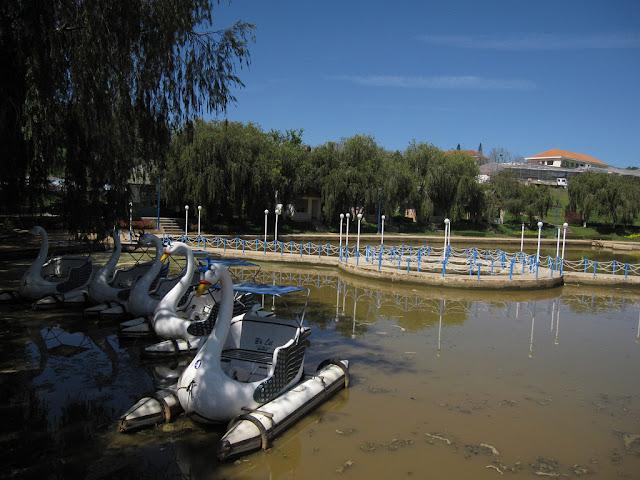 Swan -förmigen Boote auf See Da Lat
