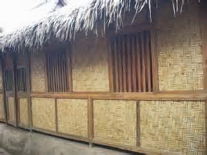 Secara tampilan, Dinding rumah yang terbuat dari bahan baku kayu akan sangat unik dan cantik dengan ciri khasnya