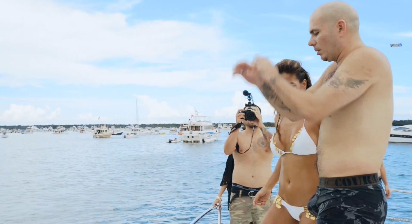 Pitbull Sin Playera y En Boxers En Su Nuevo Video