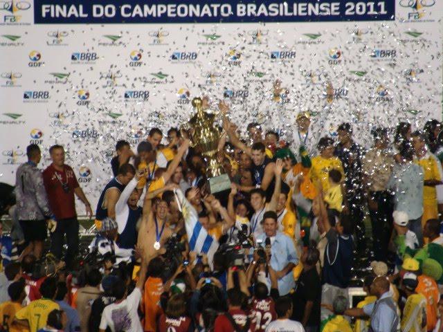 Final de jogo. O empate sem gols decretou o Brasiliense como campeão  candango de direito. Os jogadores gamenses foram ao encontro da torcida que  compareceu ... d1638c9f01eb0