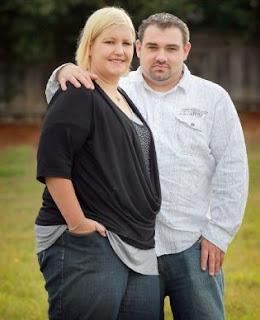 chica rubia y gorda con su novio