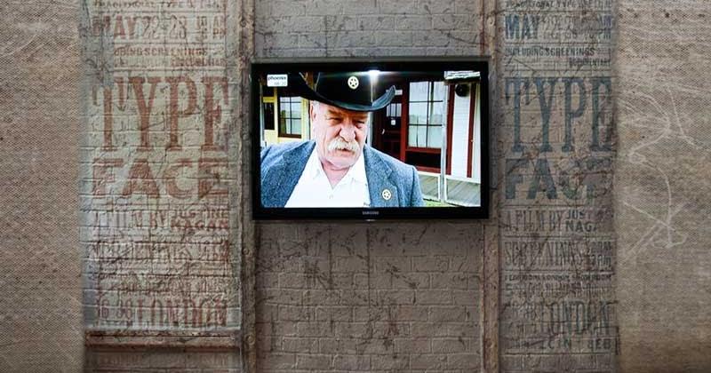... Modernes Wohnen: Ziegelstein-Fernsehwand mit Eisenträger im Retro