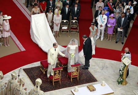 Булчинската рокля на Шарлийн с дълъг шлейф