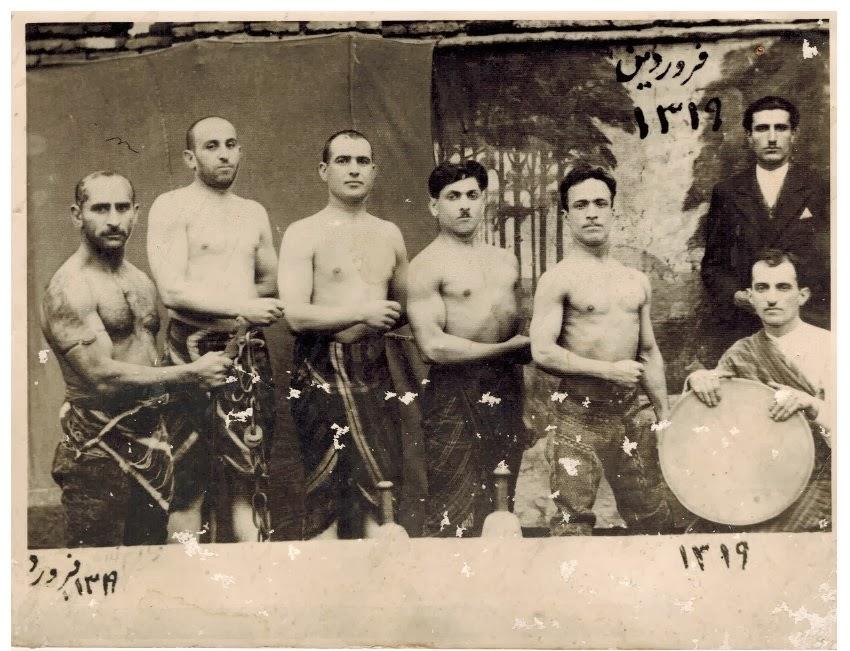 حاج رضا گلشاهی در کنار آرضا پهلوان حکمی با بازوبند پهلوانی در کدام زورخانه این عکس را گرفته اند؟