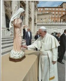 Le Pape bénit une statue de Medjugorje ,place Saint Pierre le 17 septembre 2014
