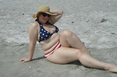 chica gorda en bikini de estados unidos y sombrero en la playa