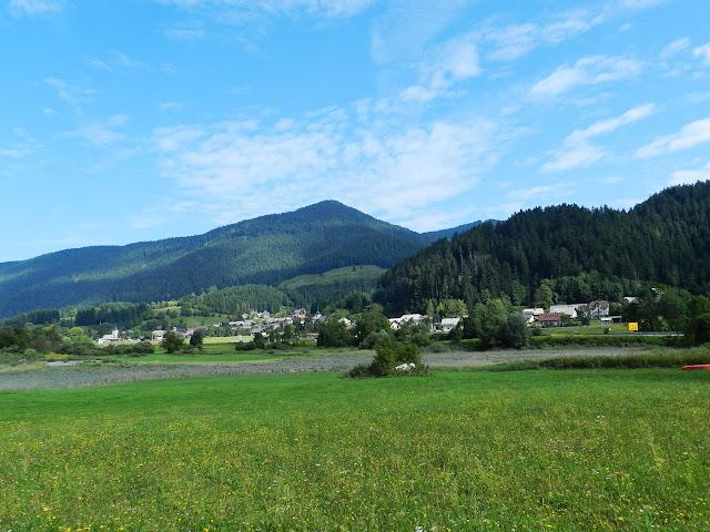 Il paese di Rateče visto dal percorso della Kranjskogorska Desetka