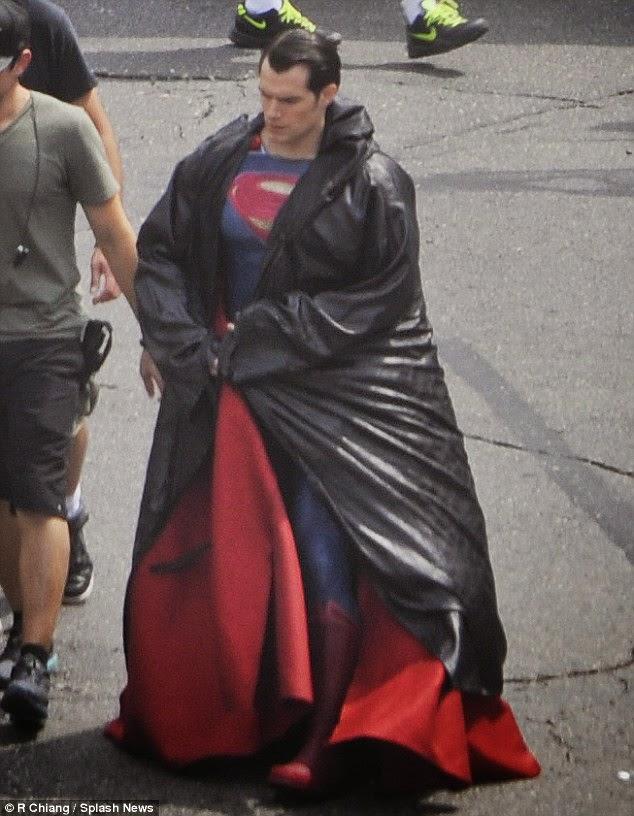 Henry Cavill con su traje kriptoniano en el rodaje Batman V Superman: Dawn of Justice