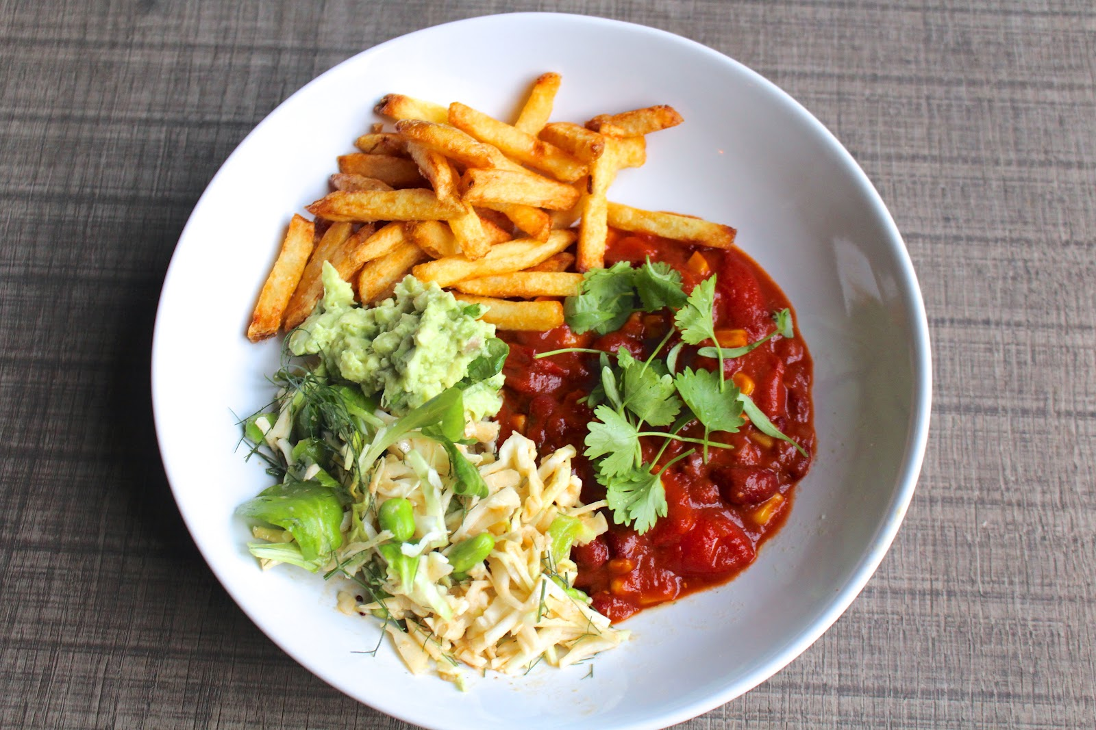 Chili sin carne with fries vegan