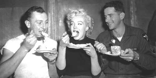 marilyn monroe comiendo con amigos