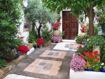 Um jardim para cuidar inspira es para pequenos p tios for Patios decorados con plantas