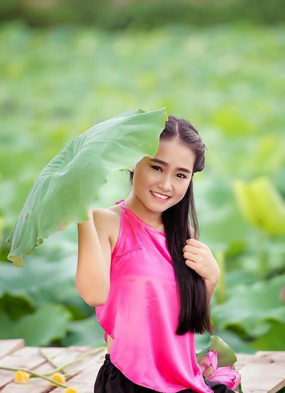 Girl xinh với áo yếm xưa bên hồ sen Phấn 2