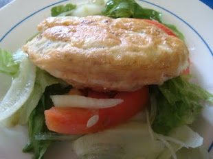 OMELETE E SALADA