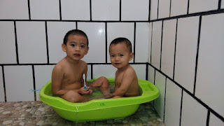 Happy bathing time ! riang ria lil' armies mandi bersama ...