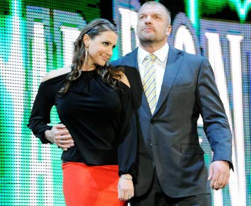 triple h junto con su esposa Stephanie mcmahon en el programa de la WWE RAW, la autoridad en wwe