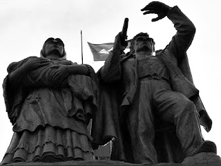 Monumento ao Imigrante, Caxias do Sul. Casal de imigrantes italianos esculpidos em bronze.