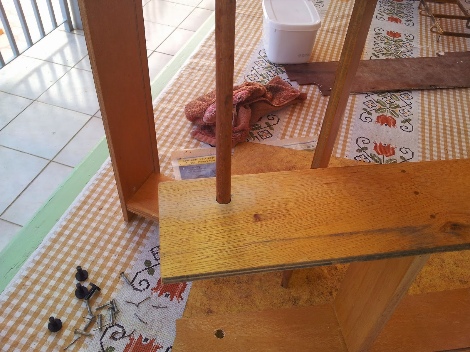 de chão que faria as vezes de pendurador de toalhas #794123 1600x1200