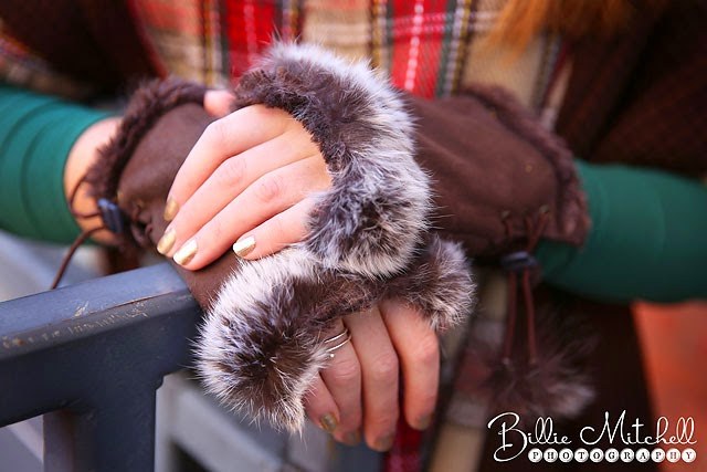 girl wearing brown fingerless gloves with fur trim