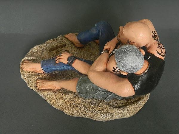 statuette abbraccio fidanzati tatuati ritratti sculture fatte a mano orme magiche