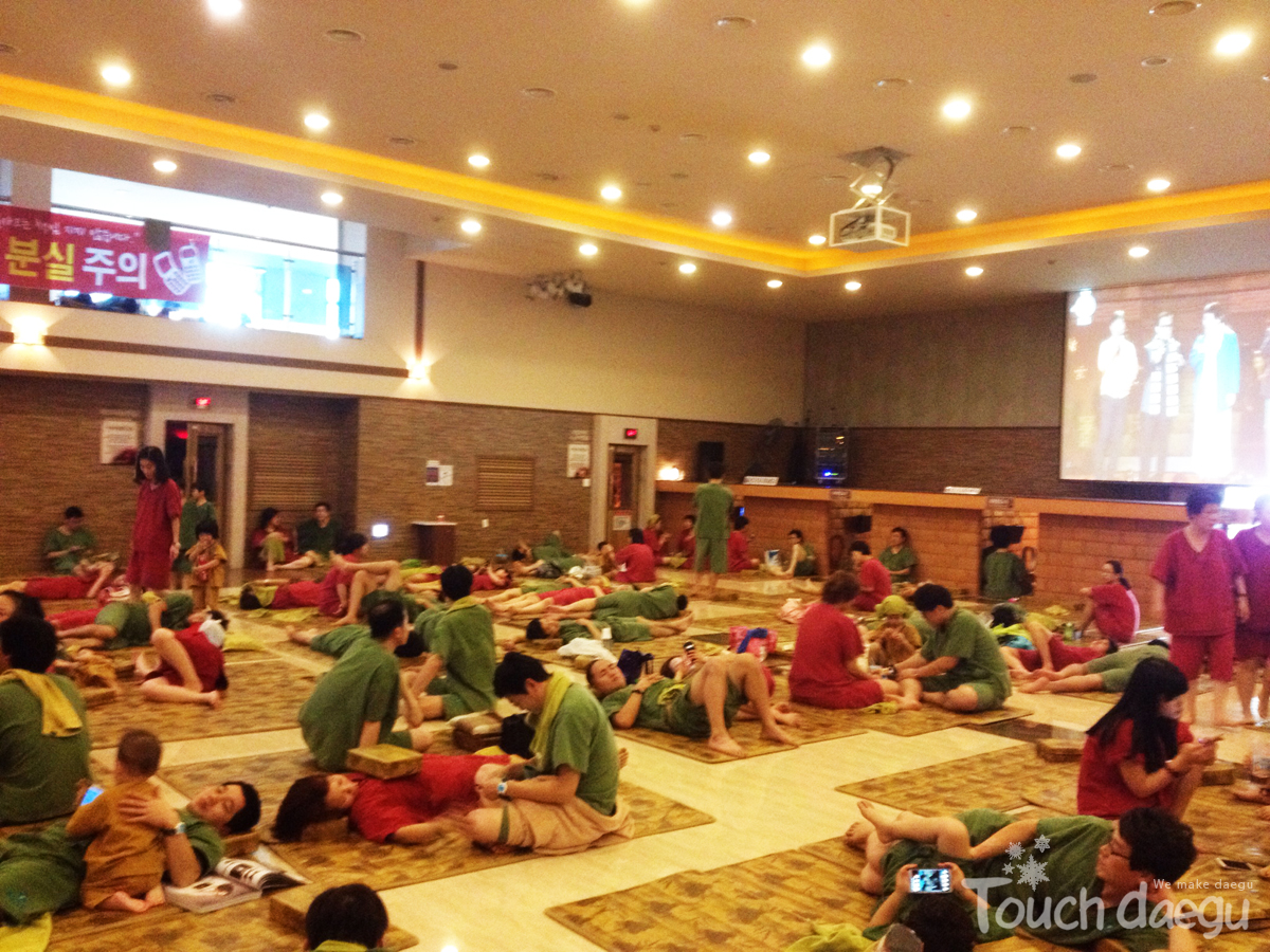 The customers who visted the sauna gathered in a hall
