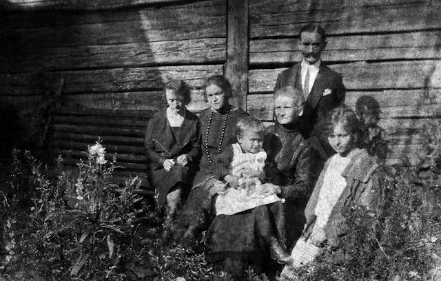 Lucyna Kapel z córkami, od lewej; Reginą, Ewą i Heleną. Za nimi mąż Ewy, Józef Tylman z synem Tadeuszem. W fartuszku na kolanach babci Edward Tylman. Rok ok. 1928