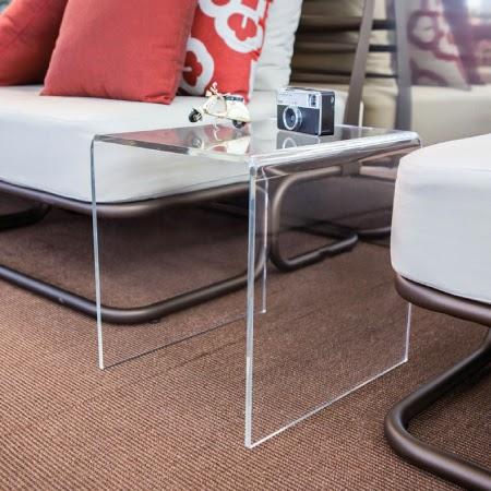 tavolino basso in plexiglass trasparente