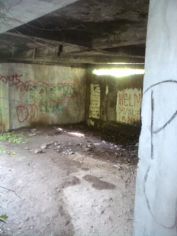 garasi mobil rumah hantu darmo