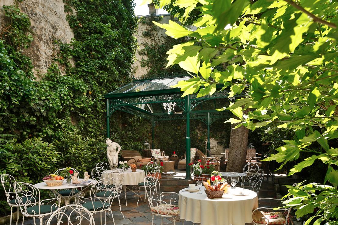 Dans le jardin de l 39 h tel des marronniers paris in for Restaurant dans jardin paris