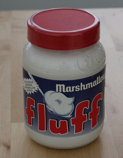 ein Glas Marshmallow-Fluff für Rezept für Schoko-Cupcakes mit Marshmallow-Frosting und -Füllung