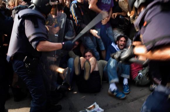 http://4.bp.blogspot.com/-x5X05Sa6Wh4/TeAVXGc0GlI/AAAAAAAAAWc/Rn9qFasAXEU/s1600/represionpolicialenespa%25C3%25B1alatidosdecuba.jpg