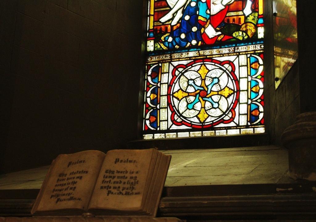 Interior De San Patricio  Libro Y Vitral