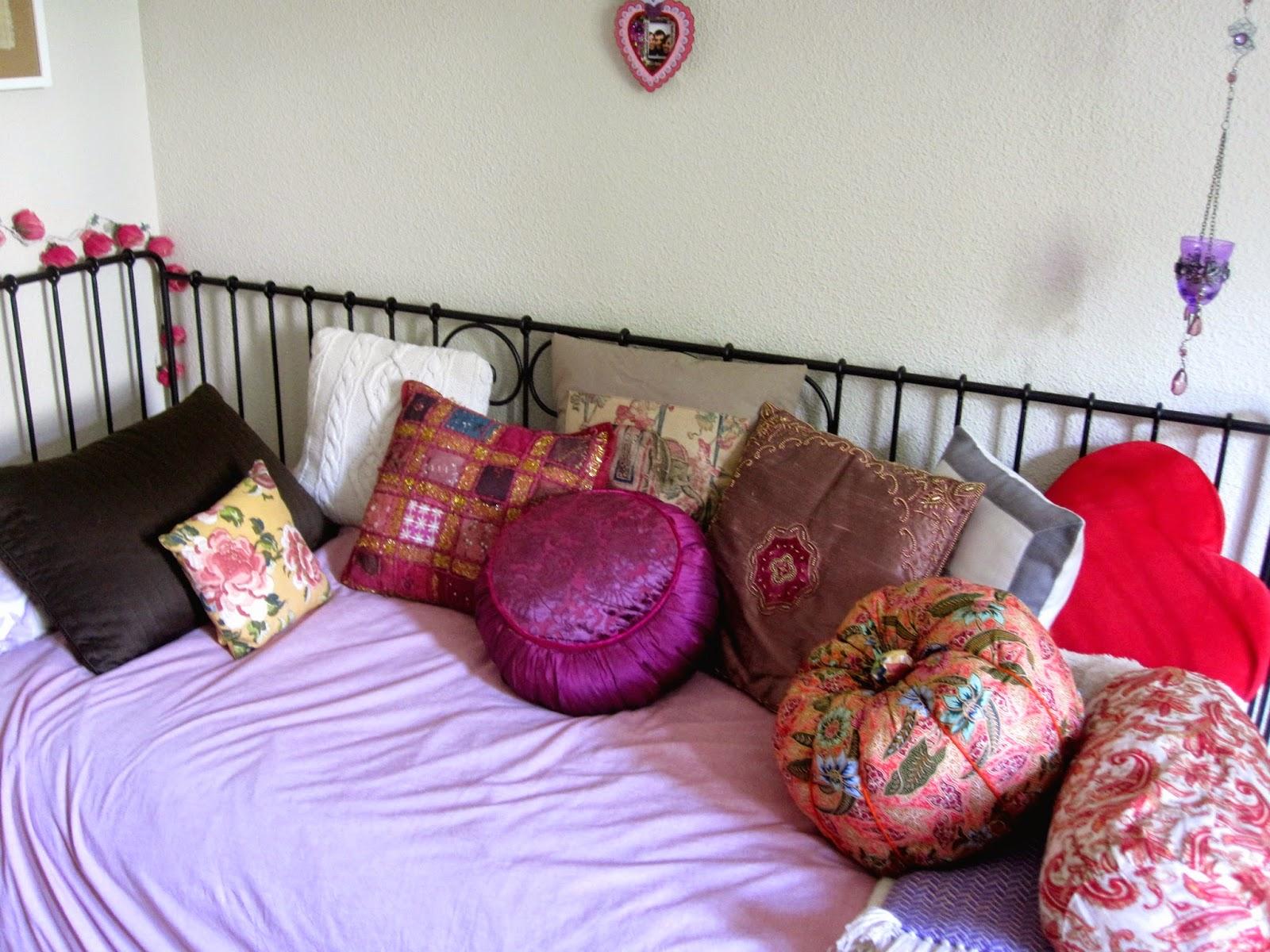 El arte de las cosas nimias trucos de decoraci n y - Decorar cama con cojines ...