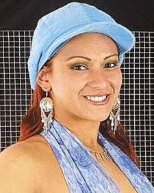 Cynthia Macedo con gorra celeste