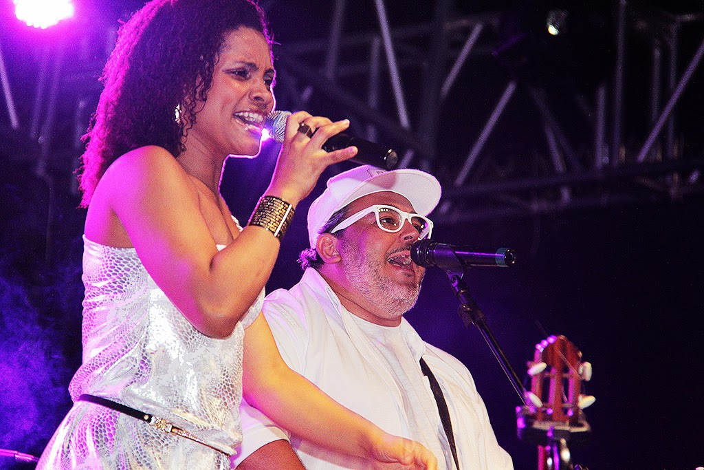 Wenderson e Alê Rosa e Banda Expressão Brasil abriram a festa animando o público e esquentando a noite com um repertório variado e muito animado