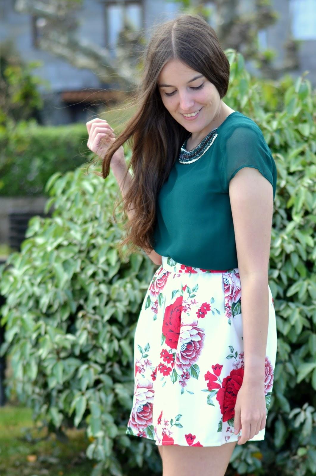 como combinar falda flores roja