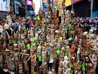 Pessoas observam peças de marfim apreendidas e que foram reunidas na Times Square, em Nova York, para serem destruídas na sexta (19) (Foto: AFP Photo/Jewel Samad)