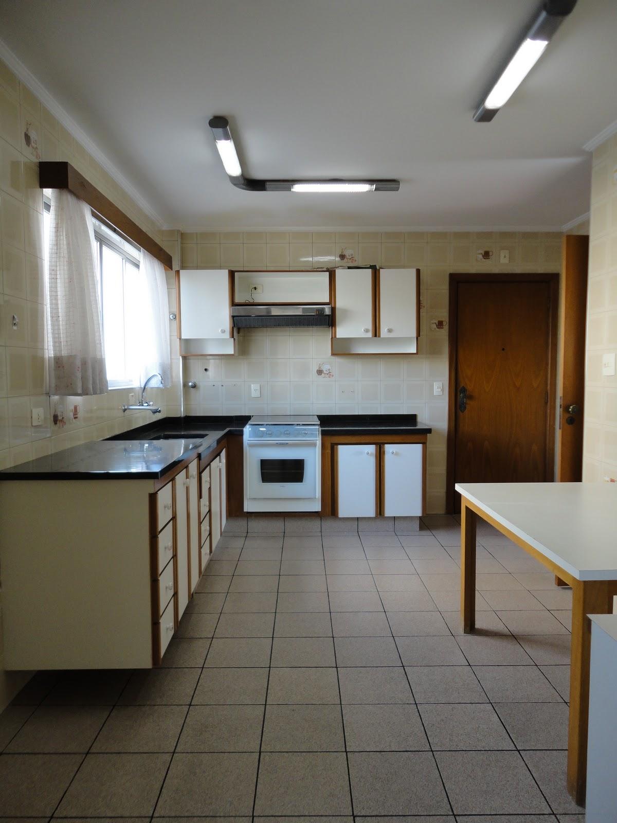 #5D4A30 Cozinha muito espaçosa equipada com armários novos fogão embutido  488 Janelas Duplas Ruido